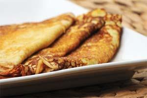 Tunna pannkakor med vispad grädde och hallon